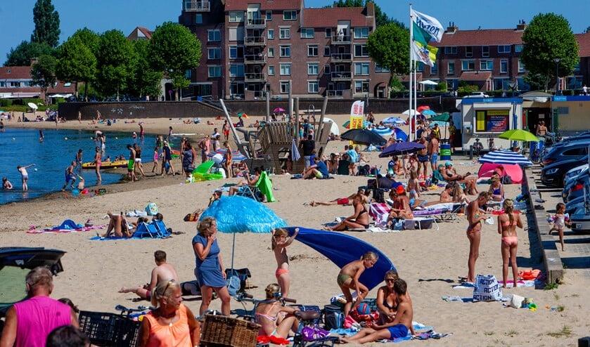 Het strand aan de Zomerkade is een favoriete bestemming met deze hitte.