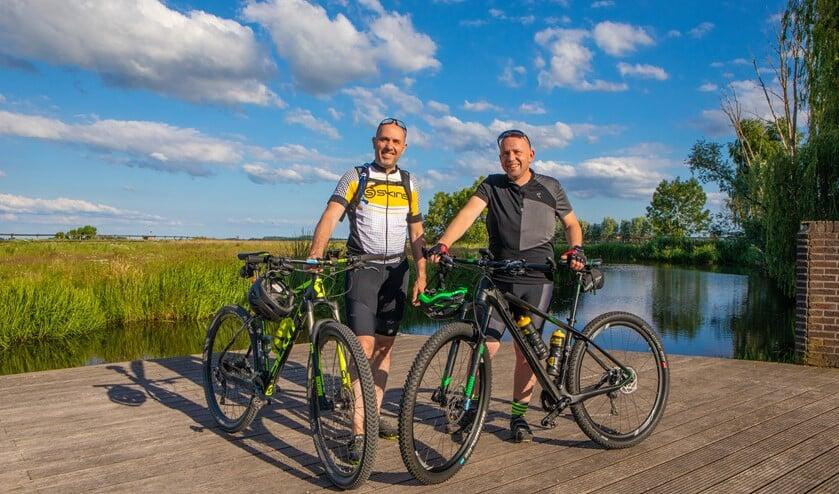 Ralf (r) en Jochem gaan mountainbiken voor het goede doel.