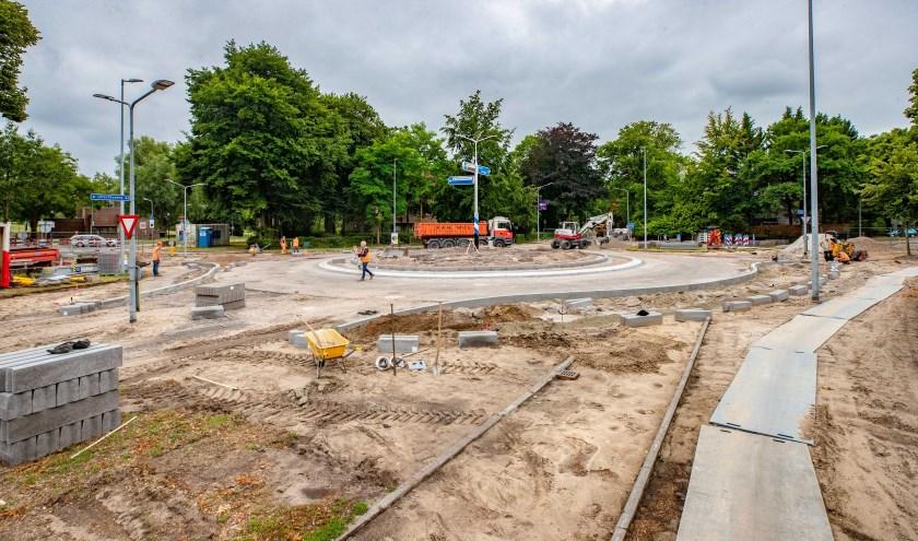De rotonde aan de Laapersweg-Utrechtseweg gaat op de schop. Maar begon het werk niet een week te vroeg?