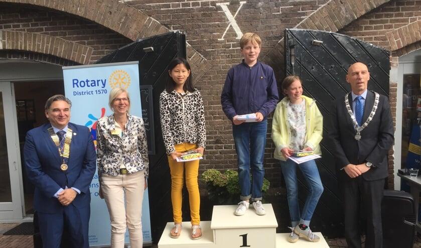 De winnaars met rechts loco-burgemeester Alexander Luijten.