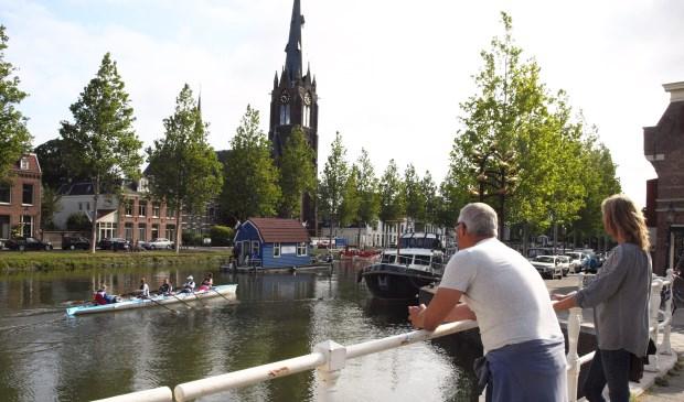 The Vin is onder de Zwaantjesbrug door en wordt in de Kom verwelkomd door de Vuurlinie en sloeproeiers.