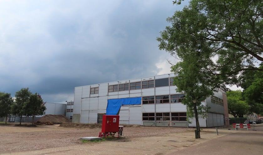 Een deel van de school is al gesloopt en een bouwweg is aangelegd.