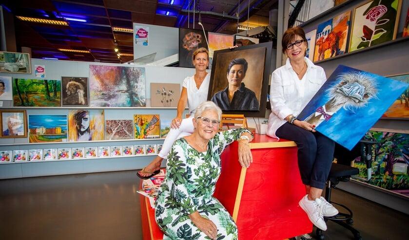 Olga Dol bij de tentootnstelling met achter haar Janine van der Kaay en Beatrix Frederiks.