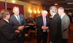 Wethouder Hans Mieras begroet pastor Gerard de Wit met verder v.l.n.r. de burgemeesters Banaszynski en Gerritsen, terwijl rechts gemeentesecretaris Erik Wietses aandachtig toekijkt.