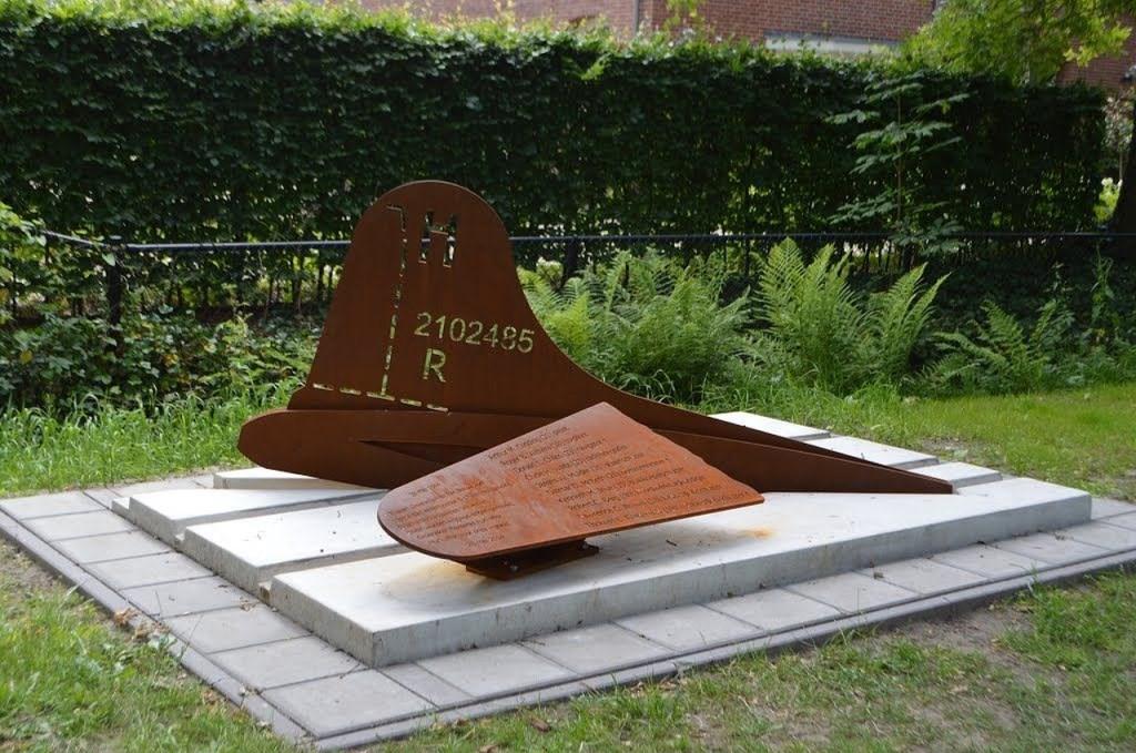 Het B17 monument in Groenekan was aanleiding voor het schrijven van een boek over de stille helden van Groenekan.  © De Vierklank
