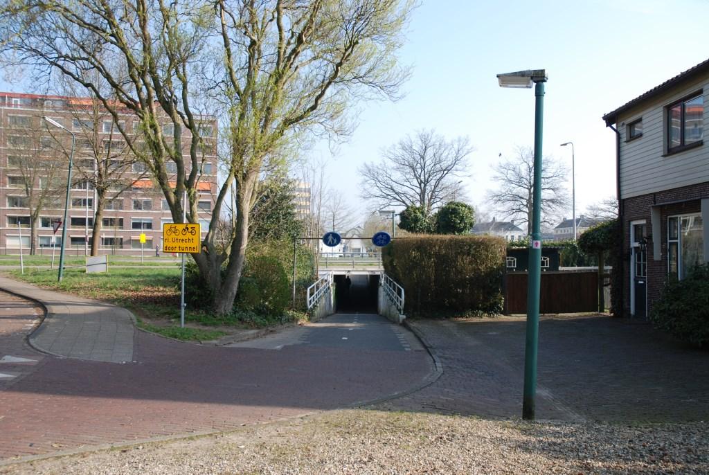 Huidige situatie. In de jaren vijftig kwam er een fietstunneltje onder de Utrechtseweg door.  © De Vierklank