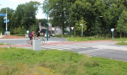 De doorsteek naar Larenstein wordt veel gebruikt, omdat de rotonde voor fietsers maar half is.