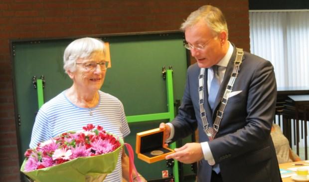 ?Burgemeester Arjen Gerritsen en Nel Leegwater met de Medaille van Verdienste.