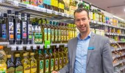 Jan-Mark Dorland zorgt ervoor dat winkelen voor de voedselbank zaterdag gemakkelijk wordt. (foto: Hans Lebbe / HLP images)