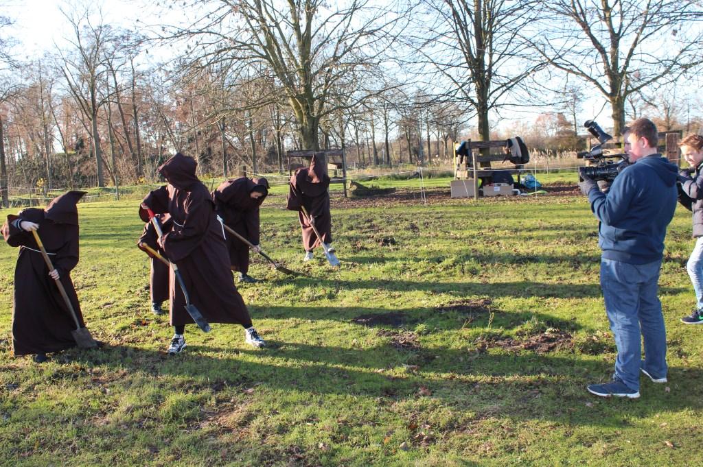 De filmclub legt monnikenwerk vast. [foto Henk van de Bunt]  © De Vierklank