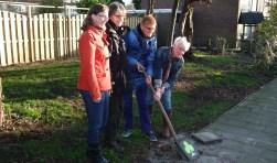 De 25e tegel 'Klavertje 3' is gelegd door het Adoptieteam Troelstraweg v.l.n.r.: Marlous Flier, Veroniek Clerx, Monie Doodeman en Marja Koppel.