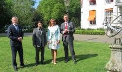 De ondertekenaars van de intentieverklaring. V.l.n.r. burgemeester Arjen Gerritsen, Adar Poonawalla van Bilthoven Biologicals, gedeputeerde Jacqueline Verbeek en Floris de Gelder van Utrecht Science Park.