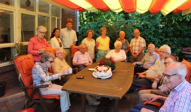 Cliënten, medewerkers en vrijwilligers vieren de mooie uitslag met een heerlijke taart. [foto Henk van de Bunt]