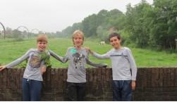 V.l.n.r. Feike, Boaz en Jasper met een koe op de achtergrond.