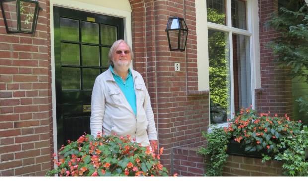 Rob Herber bij de woning aan de Van Ostadelaan in Bilthoven waar Nico Bloembergen opgroeide.