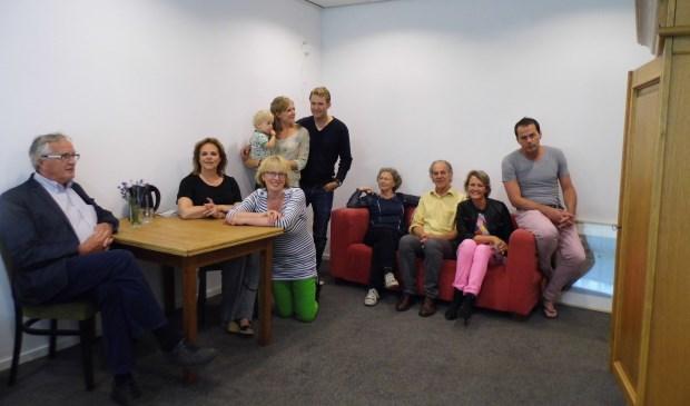 Een aantal leden van het kernteam Essenkamp Helpt in één van de kamers voor een nieuwe buur.