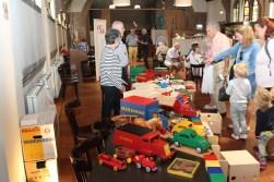 Sterk Spul zong er ook over: 'En men maakte hier ook speelgoed. Het symbool daarvan, 'ADO'. Degelijk en mooi ontworpen, en voor toen een pracht cadeau'.