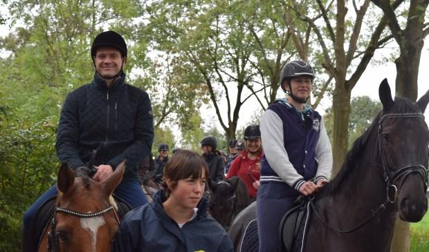 Te paard opent burgemeester Sjoerd Potters (l) het ruiterpad bij de Hooge Kampse Plas.