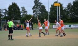 Rianne Kruijt scoort met een vrije bal.