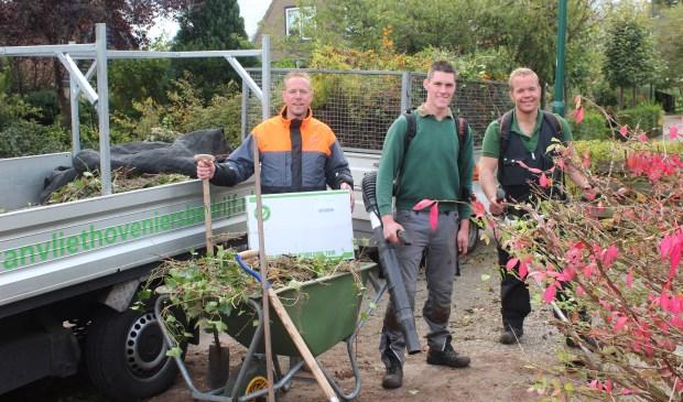 Hoveniersbedrijf Van Vliet aan het werk op de Otto Doornenbalweg in Maartensdijk. Namens de organisatie ontving de bewoonster ook nog een verrassingspakket.