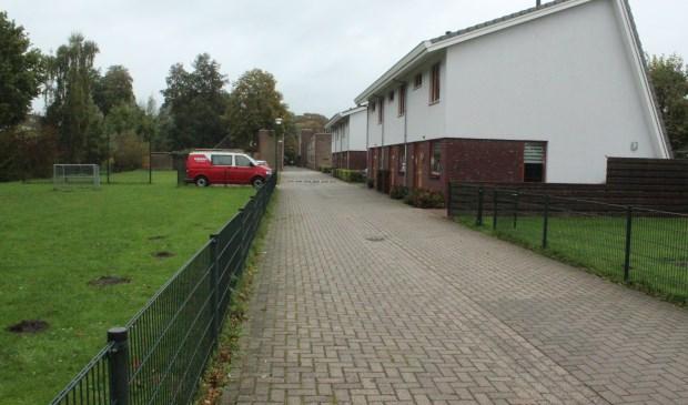 Het ontwerp gaat uit van vijf woningen aaneen met daarnaast een 'parkeerkoffer' die voorziet in de eigen parkeerbehoefte en behoud van het ter plaatse aanwezige trapveld.