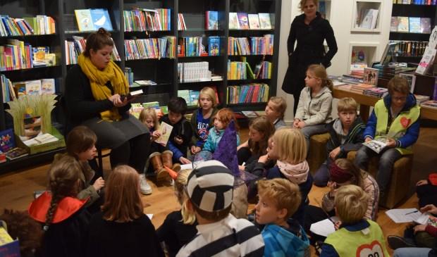 Vol spanning luisteren de kids naar het spannende verhaal over Thomas en de draken.