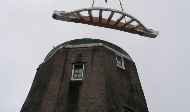 Een beeld van de restauratie van molen De Kraai in april 2012. Alle onderdelen die op de grond waren vervaardigd bleken ook hoog in de lucht goed te passen op het onderstel van de molen.