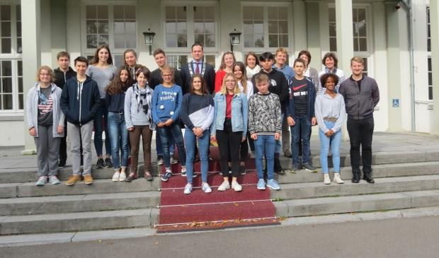 Een groepsfoto met de burgemeester op het bordes van Jagtlust.