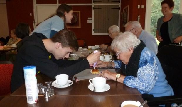 Als blijk van waardering voor het zorgen voor de ouderen gaven de leerlingen aan de medewerkers een zelfgebakken broodje, gebakken in een bloempotje. De hoop werd uitgesproken dat er iets moois uit de samenwerking groeit. Een goede eerste stap is gezet.