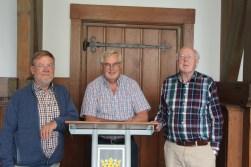 Paul Meuwese (m), voorzitter van de Historische Kring D' Oude School en Wim Krommenhoek (r) en Leo van Vlodorp (l) in de 'oude raadszaal' van Jagtlust.