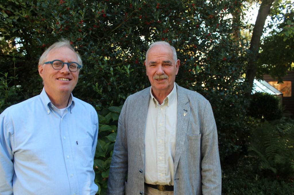 Nieuw geïnstalleerd raadslid voor de VVD Henric de Jong Schouwenburg (links) en vertrekkend raadslid Henk van der Kammen.  Foto: Henk van de Bunt © De Vierklank