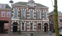 In 1844 werd een voormalige rijtuigfabriek verbouwd; in het verbouwde pand werden twee schoollokalen, een onderwijzerswoning, de raadskamer, het cachot en de veldwachterswoning ondergebracht. In 1883 werd besloten dit pand grotendeels te slopen en werd er een nieuw gemeentehuis annex postkantoor gebouwd. Nadat in 1932 Jagtlust als gemeentehuis werd betrokken, is de bestemming van het voormalig gemeentehuis annex postkantoor herhaaldelijk gew