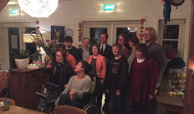Burgemeester Sjoerd Potters, Dennis en Nathalie van Middelkoop en de overige bewoners van het Thomashuis. (foto CDA)