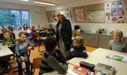 Wethouder Madeleine Bakker gebruikt tijdens haar gastles praktijkvoorbeelden.