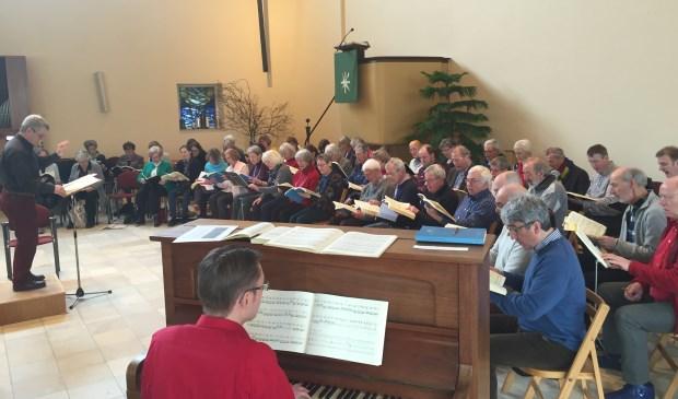 Het koor bereidt zich voor op een laatste uitvoering.