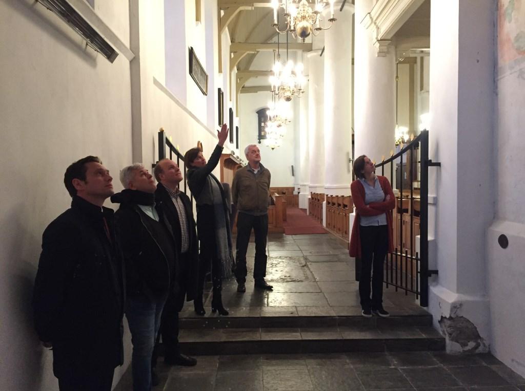 Burgemeester Sjoerd Potters krijgt informatie over de muurbeschilderingen. (foto CDA)  © De Vierklank