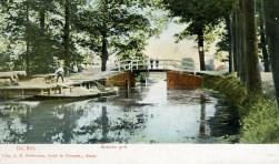 Foto uit 1905 van de brug over de Biltse Grift; aan de oever wordt aan- en afgevoerd.