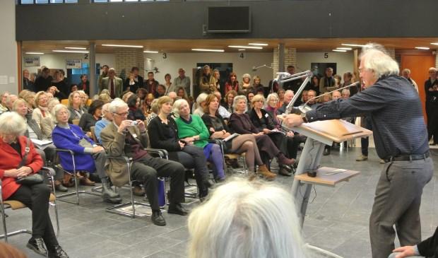 Han de Vries tijdens zijn inleiding over het werk van de kunstenaars.