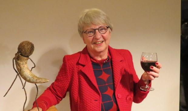 Inge Fuijckschot met het kunstwerk dat zij bij de onderscheiding ontving.  © De Vierklank