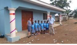 John en Indra met schoolkinderen voor de nieuwe bibliotheek.