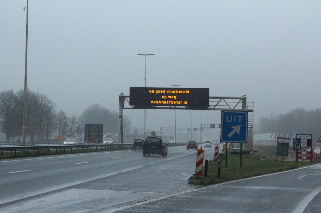 Dit bord (Ga goed voorbereid op weg van Anaarbeter.nl) overspant ook de weg wanneer deze is afgesloten.  © De Vierklank