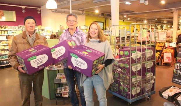 Jan Peter Oosterloo (m) draagt de boxen over aan Maarten Vos en Jolanda van Hulst van de Voedselbank.