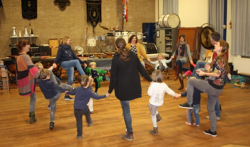 Ter afsluiting van de les wordt er gedanst, samen met de ouders, broertjes en zusjes van de SuperKids.
