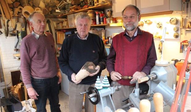 V.l.n.r. Kasper Hamster, Jan Visser en Thijs Pons leggen de laatste hand aan éen kegelspel.   © De Vierklank