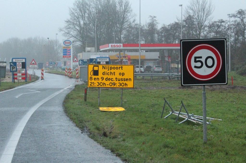 Even geen klanten voor het tankstation..    © De Vierklank