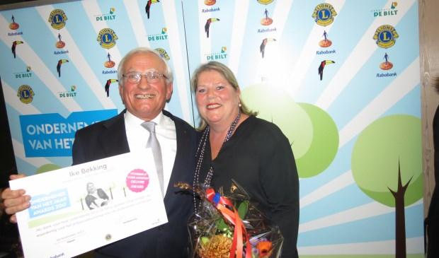 Ike Bekking ontvangt van Wil Verdonk de eerste Oevreprijs van het evenement Ondernemer van het jaar.