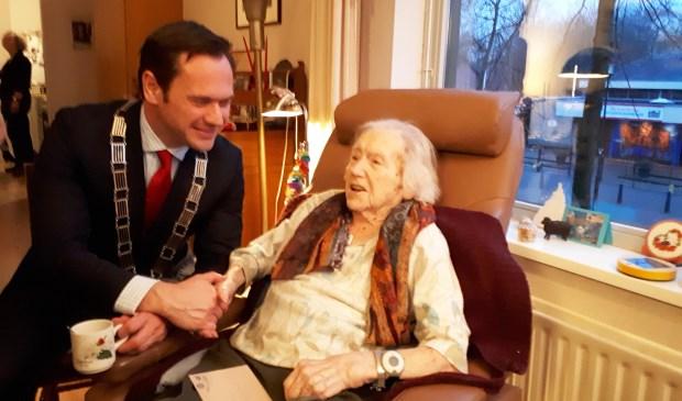 Mevrouw Polak samen met burgemeester Sjoerd Potters.