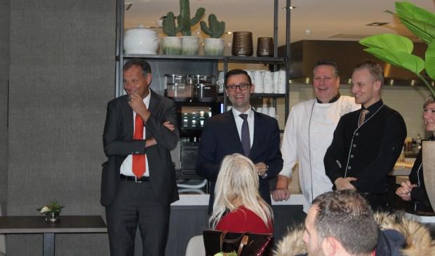 Klaas van der Valk en General Manager Roel van Beekhoff geven een rondleiding door de keuken.