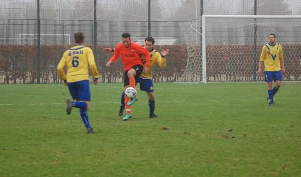 Bijtertje Alex Temme probeert een Desto-aanvaller de bal te ontfutselen.