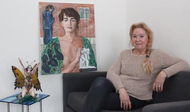 Anneke Gezel naast haar werk; ook het schilderij over het tragische leven van beeldhoudster Camille Claudel.   © De Vierklank